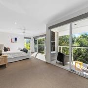 Spacious modern master room - 60 Beachway 04